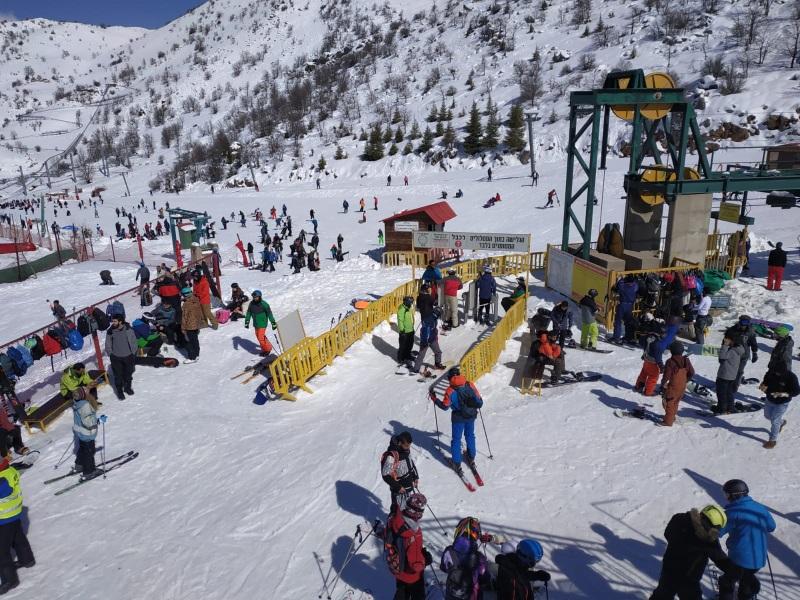 יום בהיר ויפה באתר החרמון, שלג טרי ואיכותי, מבקרים וגולשים רבים