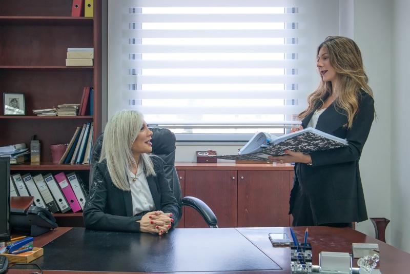 """עו""""ד שרין ומורן סולן בהתייעצות במשרד"""