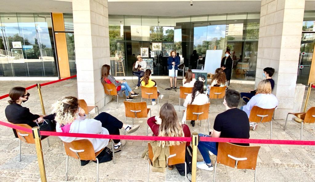 שחקני ויוצרי התיאטרון העירוני חיפה מעבירים סדנאות מרתקות לתלמידי כיתות יא-יב בעיר כחלק מתוכנית רחבה לפעילות חינוכית הפגתית ביוזמה ייחודית של מינהל החינוך בעירייה