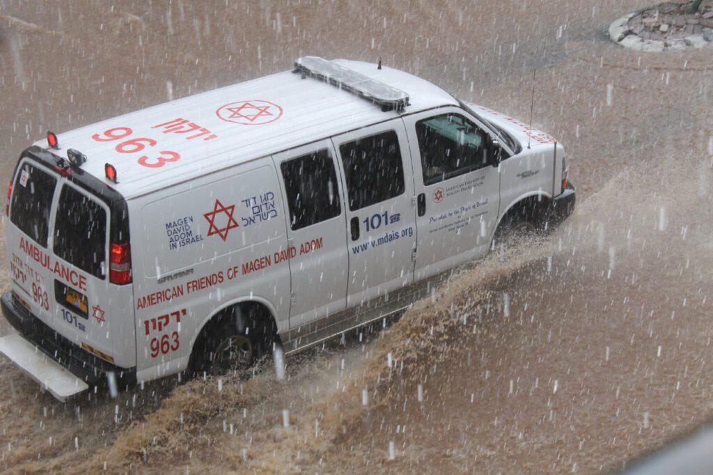 אמבולנס בגשם מדריך מגן דוד אדום לחורף בטוח בימי הסגר