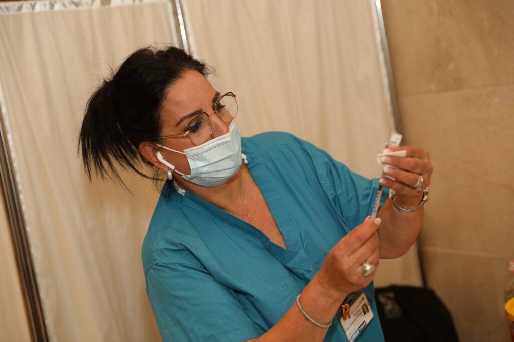 """רמב""""ם מתחסן: מבצע חיסון קורונה לצוותי רמב""""ם יצא לדרך"""