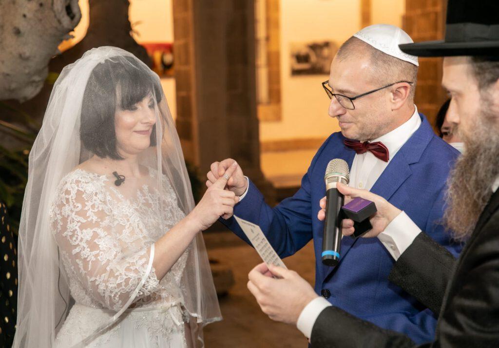 """אהבה בצל הקורונה: בני הזוג שמטפלים בחולי קורונה, נישאו זה לזה ברמב""""ם"""