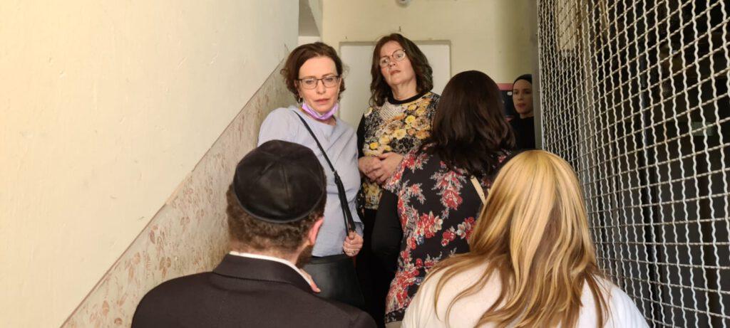 """ראש עיריית חיפה ד""""ר עינת קליש הגיעה בצהרים (רביעי) לניחום אבלים אצל בני משפחת דיסקינד ששכלו את בנם שמחה בונים ז""""ל באסון מירון"""