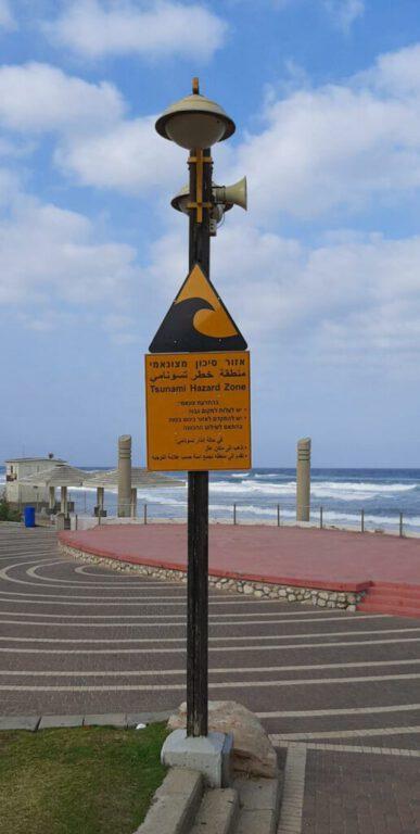 למעלה ממאה שלטי אזהרה מפני צונאמי הוצבו ברחבי העיר