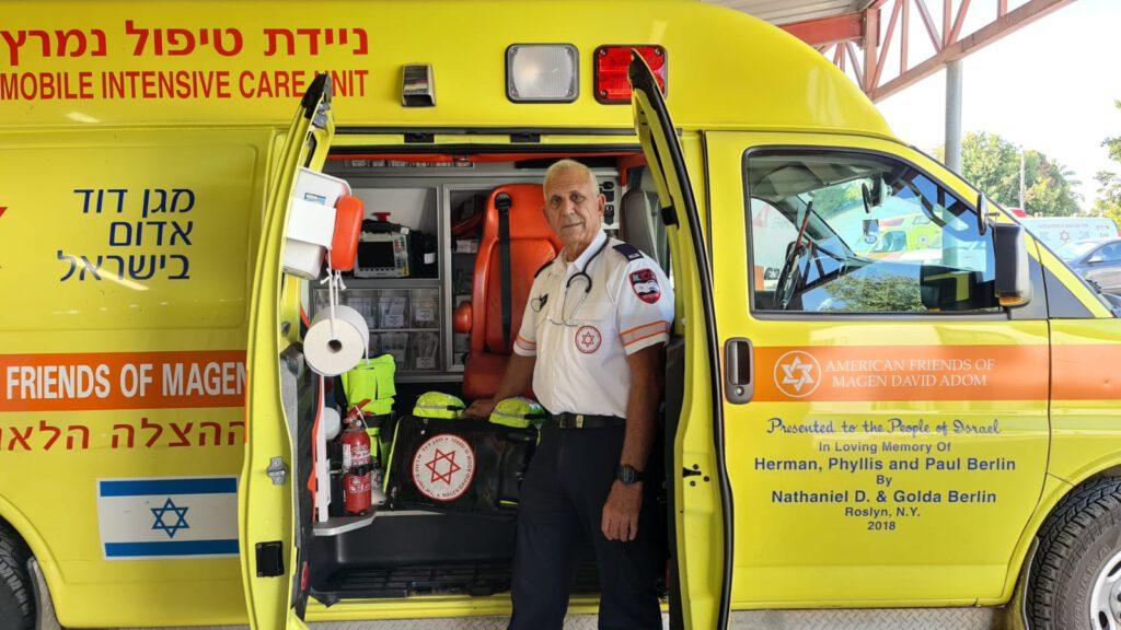 בן 73 - בוגר קורס פרמדיקים המבוגר ביותר במגן דוד אדום