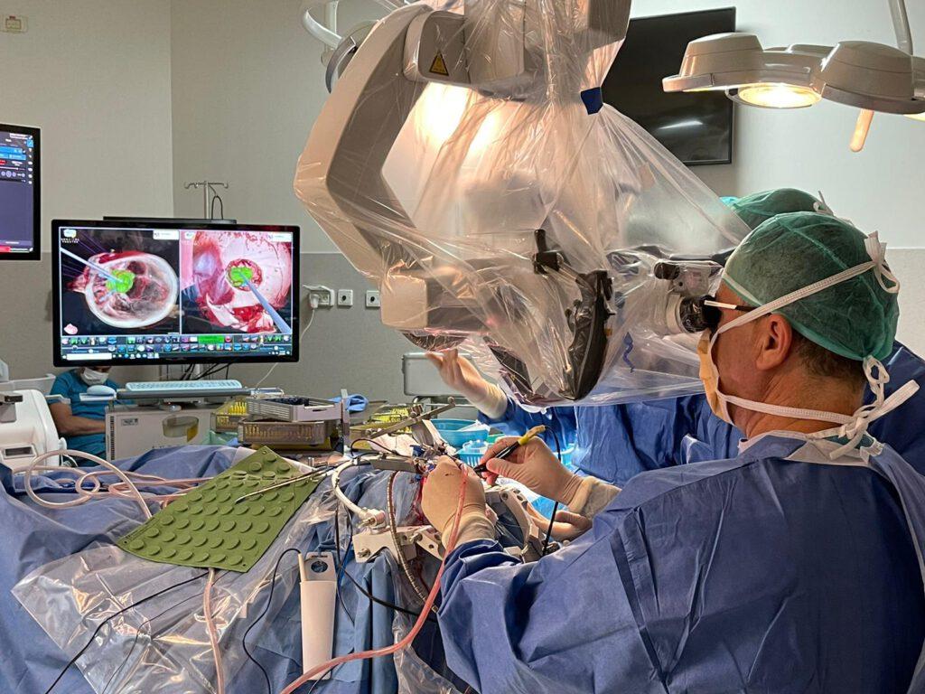 ניתוחים נוירוכירורגים באמצעות טכנולוגית מציאות מדומה ומציאות רבודה של Surgical Theater