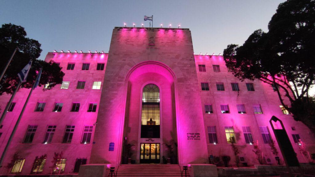 בניין עיריית חיפה נצבע בוורוד לחודש המודעות לסרטן השד
