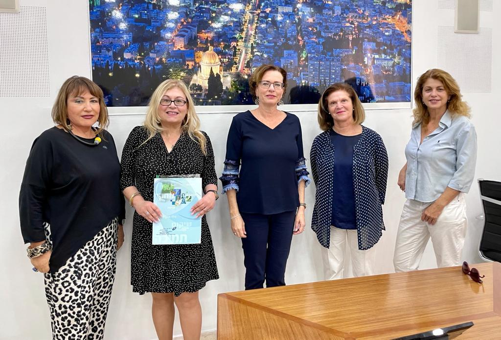ראש עיריית חיפה פתחה הבוקר את מבצע ההתרמה ״הקש בדלת״